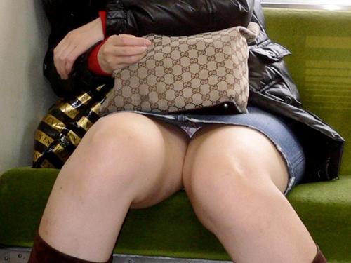 【盗撮 エロ画像】電車でパンチラしてるのに気にしない子ってwww