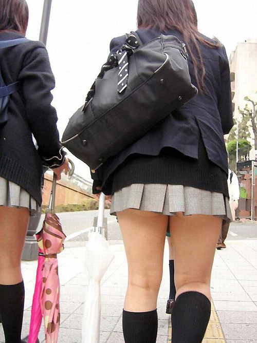【街撮りエロ画像】街中でムチムチとした美脚を晒してるミニスカJKを盗撮したったwww