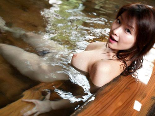 温泉でおっぱいと浸かって癒やし♪