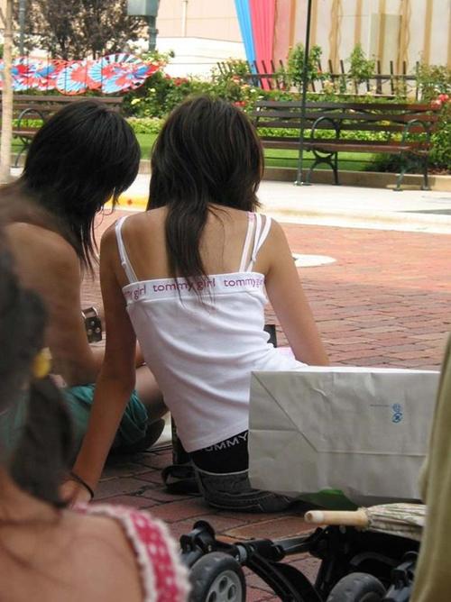 【盗撮 エロ画像】キャミソールかブラの肩紐が見えている素人さんwww