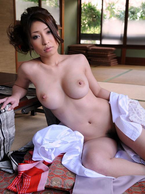有名旅館の美人女将が着物をはだけた張りのあるおっぱいがとってもHでシコる
