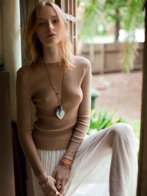 ニットやセーターでノーブラなお姉さんの乳首がエロい画像( ;∀;)