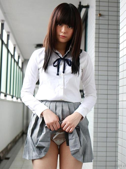 【三次】スカートたくし上げて男を挑発する女の子のエロ画像