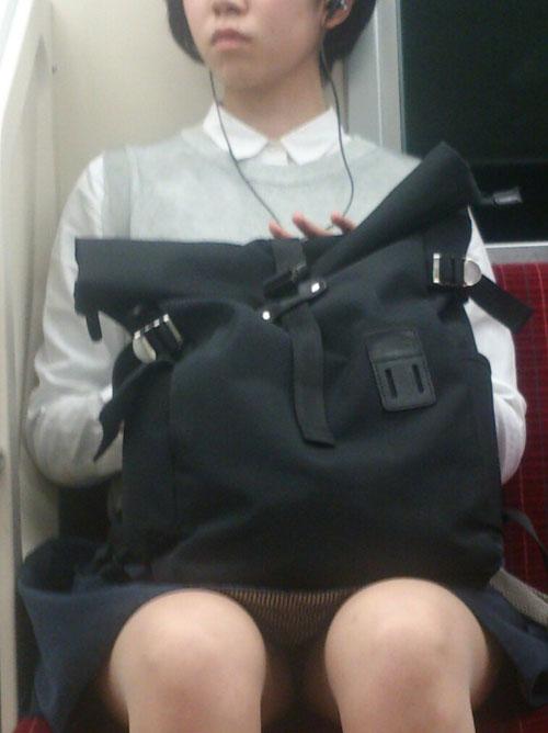 【美脚&チラリズムエロ画像】パンツ見えずとも諦めない!電車の対面から美脚チェックwww