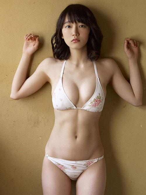 花柄水着姿で草原に寝ころぶ吉岡里帆(22)のグラビア画像×28