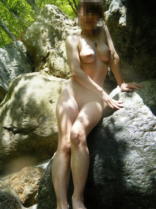 【温泉エロ画像】これだとゆっくり露天風呂に入ることが出来ませんwww