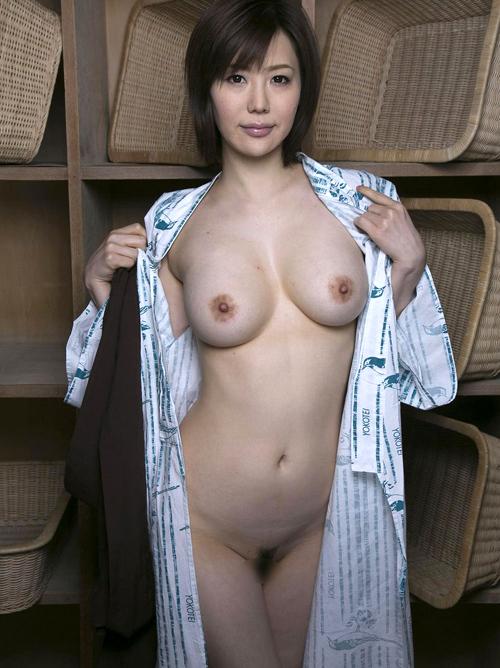 宿泊先の旅館浴衣でムラムラしちゃうおっぱいくびれを露出する淫乱女性