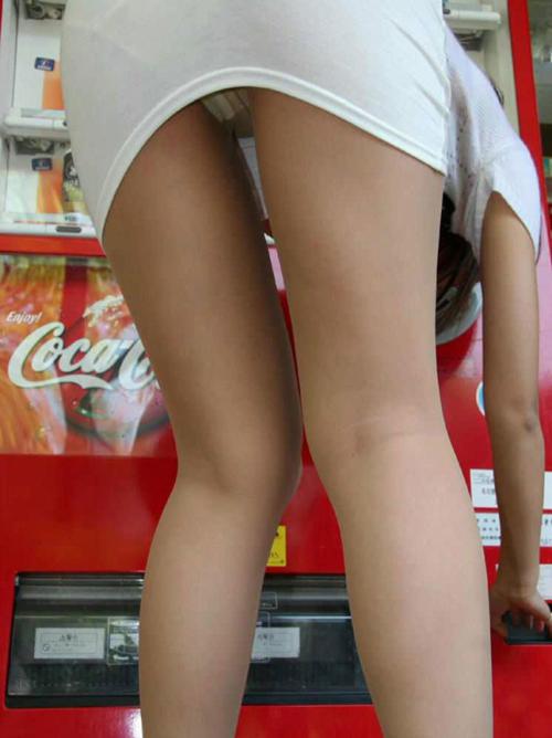 【街撮りミニスカエロ画像】街中でパンチラしまくりなお姉さんに釘付け!!!