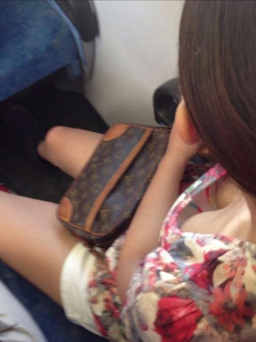 【胸チラエロ画像】無防備な女の子の胸元をベストショットで盗撮!!!