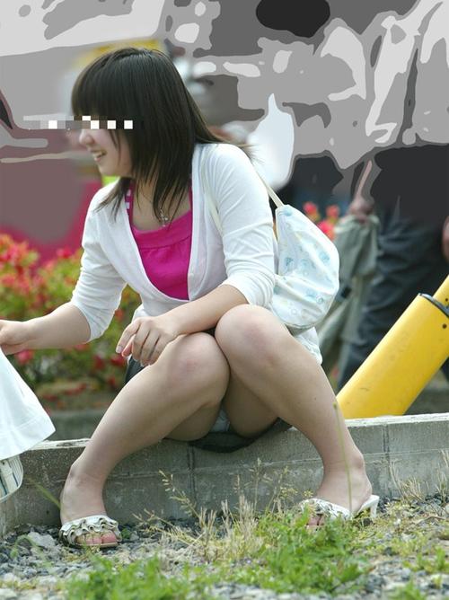 【パンチラエロ画像】街中で素人さんのパンツが丸見えが堪らん!!!