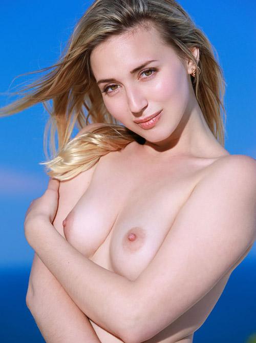 ムチっとした肉感的なお尻でケツ枕とかしてみたいwwロシアの金髪美女のキレイなヌード画像