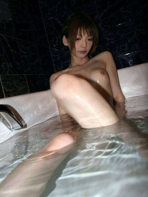 【風呂 エロ画像】温泉やシャワーで濡れている女体が妖艶にエロいwww