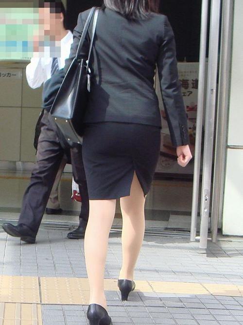 【OLエロ画像】お姉さんの履いてるタイトスカートのデカ尻は一目瞭然でエロい!!!