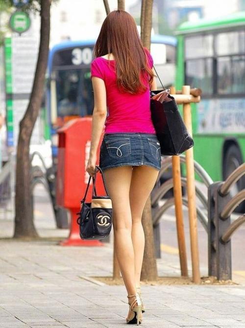 【ミニスカートエロ画像】こんな美脚でミニスカで街を歩いてたらムラムラしちゃうwww
