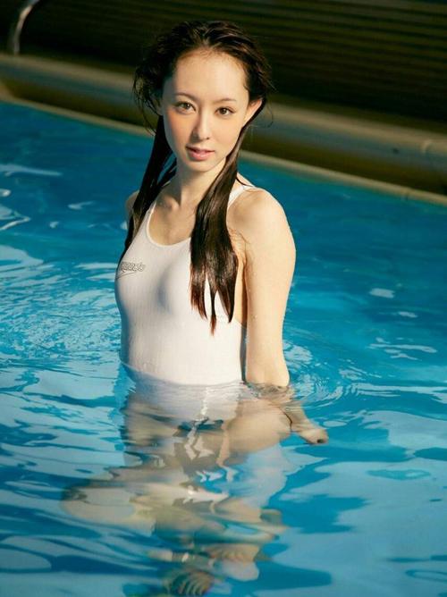 秋山莉奈(30) 例のプールで濡れる競泳水着。画像×10