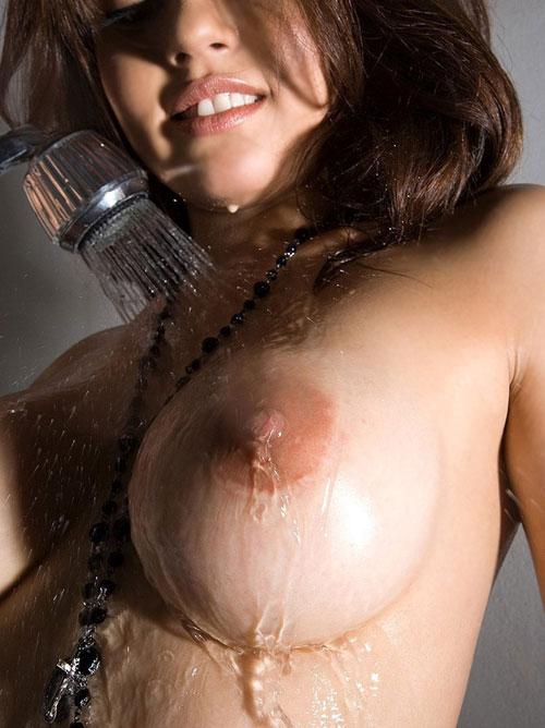 シャワーを浴びてる揺れおっぱい18