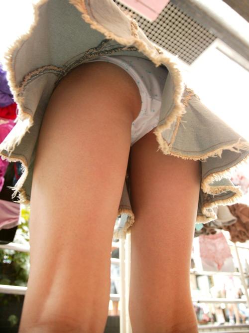【パンチラエロ画像】スカート短過ぎてパンツ見えてる率が高すぎるwwwwww