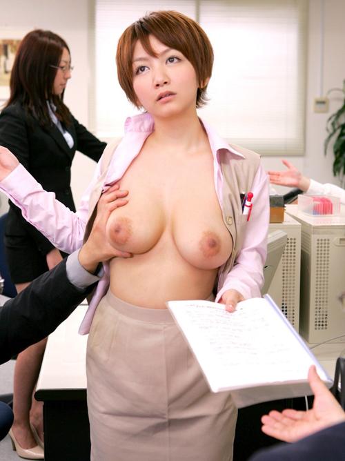 大企業で役員を務めるOLさんはYシャツ下に性奉仕でならしたおっぱいが潜む
