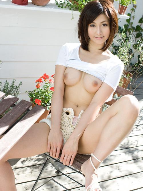 ムッチリ裸体にホルスタインおっぱいを屋外で堂々と晒す露出狂な女の子