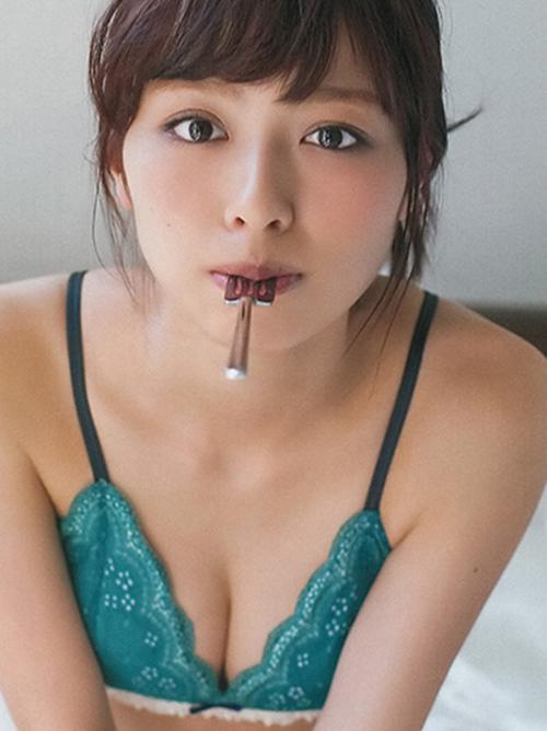 【内田理央】ノーブラでセミヌード風\(◎o◎)/80㎝美乳おっぱいグラビア