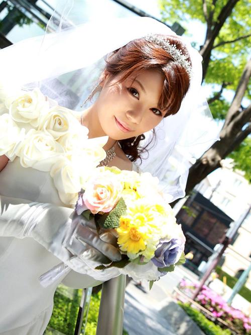 綺麗に着飾ったウエディングドレスを乱して淫らなことをしてる新婦さんのエロ画像wwww