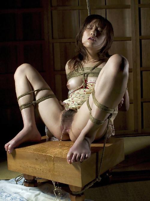 【緊縛エロ画像】半脱ぎ状態での着衣緊縛された可愛らしい女の子の有り様もエロい!!!