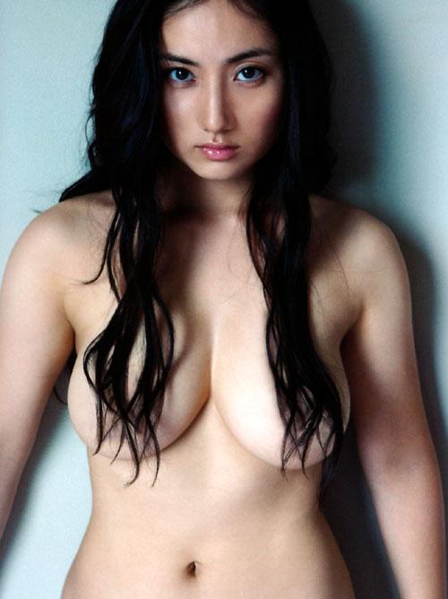 紗綾の全裸ヌードでおっぱい露出