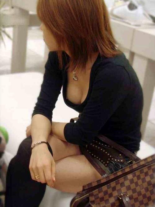 【胸チラ エロ画像】街中に溢れる巨乳素人ちゃんの谷間を思わず盗撮www