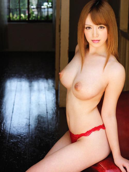 茶髪のイマドキ若い女子が透き通った肌のセクシーおっぱいでチンポを喰らう