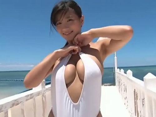 ムチムチ爆乳美女が前開きの過激水着でハミ乳