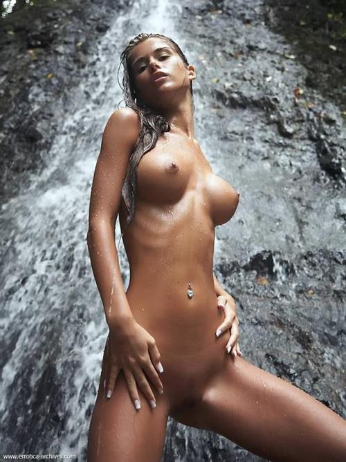 桁違いのセクシーを魅せる褐色肌の外国人美女画像