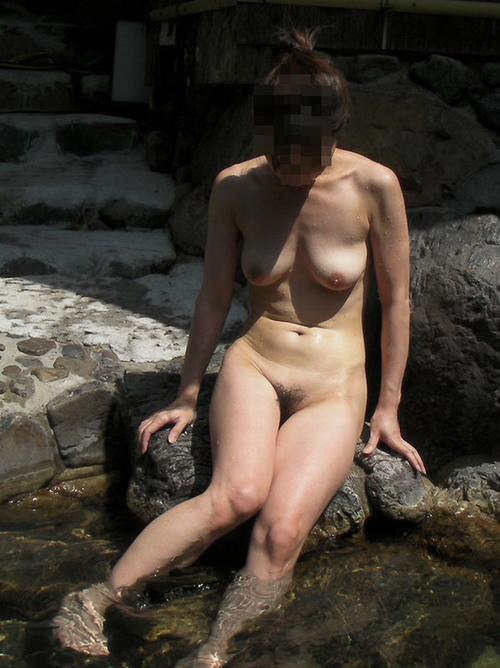 3次元 公共露天風呂で露出するのが趣味な変態お姉さん 40枚