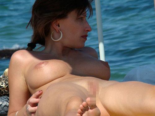 【海外エロ画像】全員いつでもヤれる状態w全裸が普通なヌーディストビーチの光景(*´Д`)