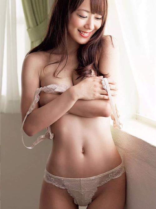 【脱衣エロ画像】乳首見えるまであと何秒!?凄く焦らされる女子のブラ脱ぎwww