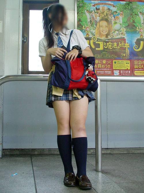 【街撮りJKエロ画像】制服女子校生のセクシー美脚に目を奪われてしまう!!!