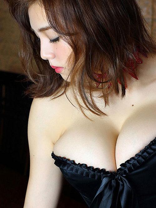 【グラドルエロ画像】篠崎愛(23)ちゃんの最新グラビアで爆乳おっぱい、ムチムチ太ももが堪らんwww