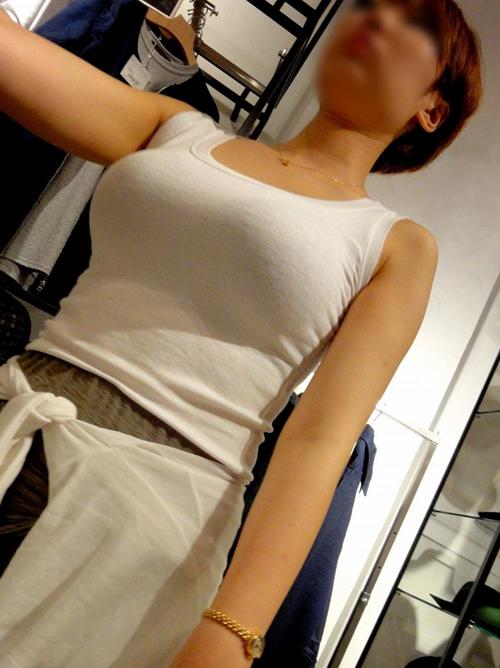 服を着てても目立ち過ぎな街撮り着衣巨乳エロ画像