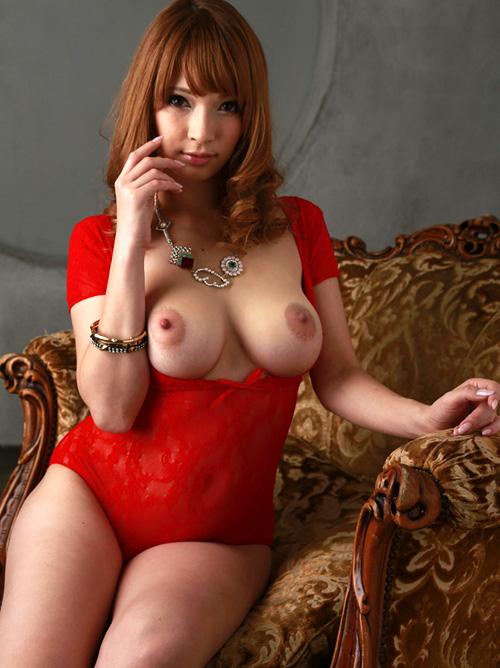 赤いランジェリーからデカさ余って巨乳輪おっぱいが溢れちゃってるセクシー美女