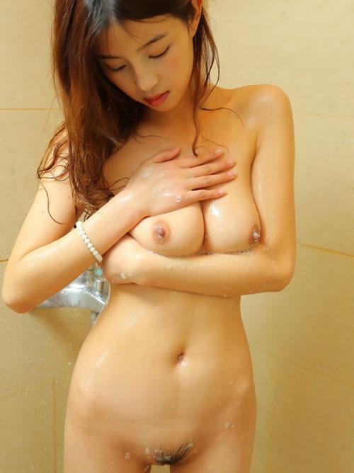 濡れたおっぱいの色気ってハンパねーwwwシャワー中の女の子がエロ可愛すぎるだろwww(画像15枚)