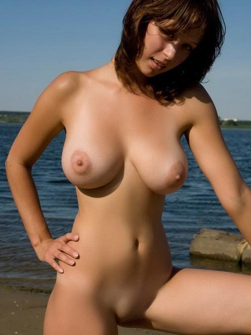 外人の重たそうな巨乳が堪らないエロ画像