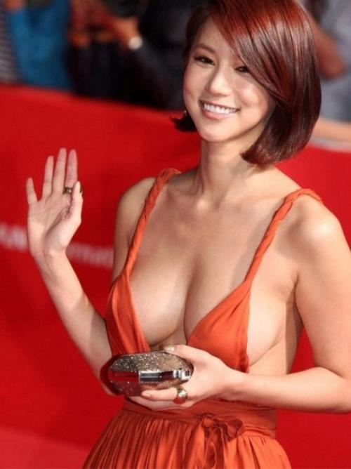 韓国の超美人女優のノーブラおっぱい丸見えドレスがぐうシコニダwww