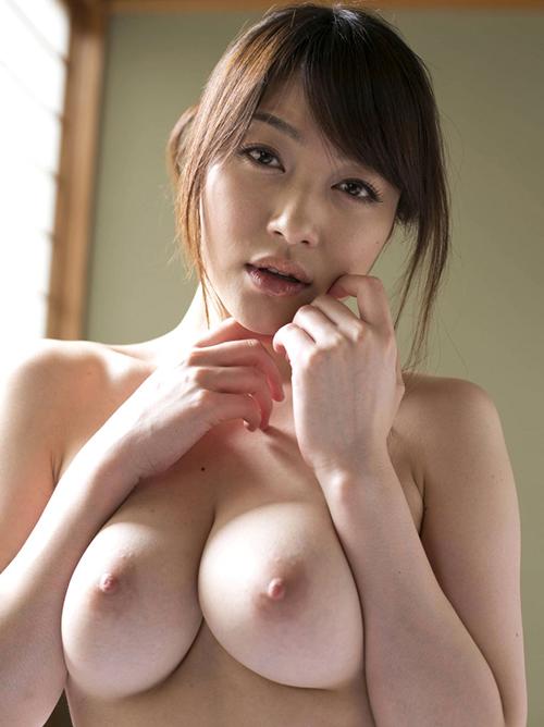 美巨乳おっぱいを両手で寄せて淫らな表情で誘惑してくる経験豊富なお姉さん
