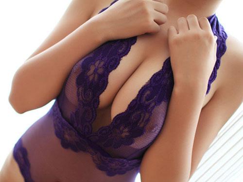 【巨乳エロ画像】服がぱつんぱつんになるほどの爆乳女www
