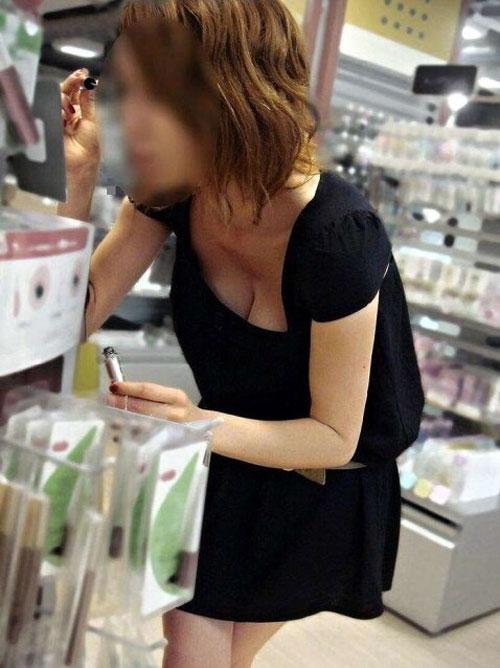 (秘密撮影20人)女って買い物してる時って無防備だぁーお乳下着がマル見え何だよぉーwwwもう胸の谷間がえろ過ぎますぅーwww