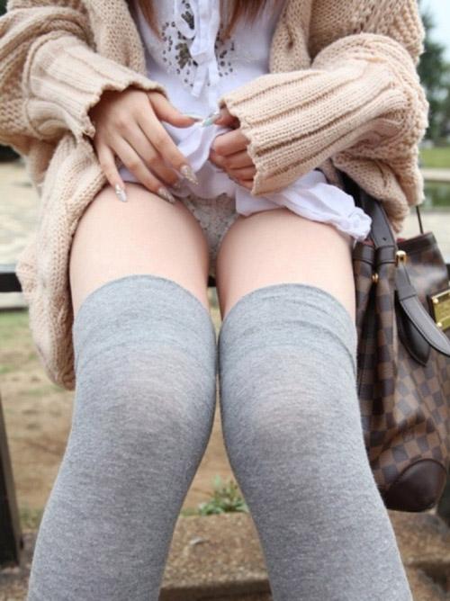 【パンチラ】 スカートたくしあげてパンティ見せてくれる男想いのエロ女wwwwww【画像30枚】