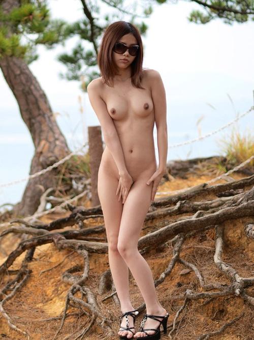 【野外露出 エロ画像】野外で美乳を露出させる素人という名の変態!