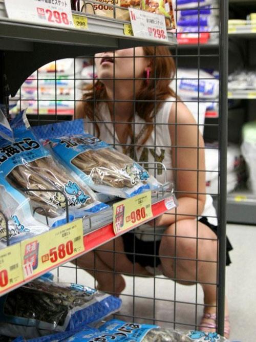 (秘密撮影20人)買い物中に座り込んで商品見てる小娘ってM字開脚パンツがモロ見えなんだよぉーwwwバッチリ棚下から見てやったぜぇーwww