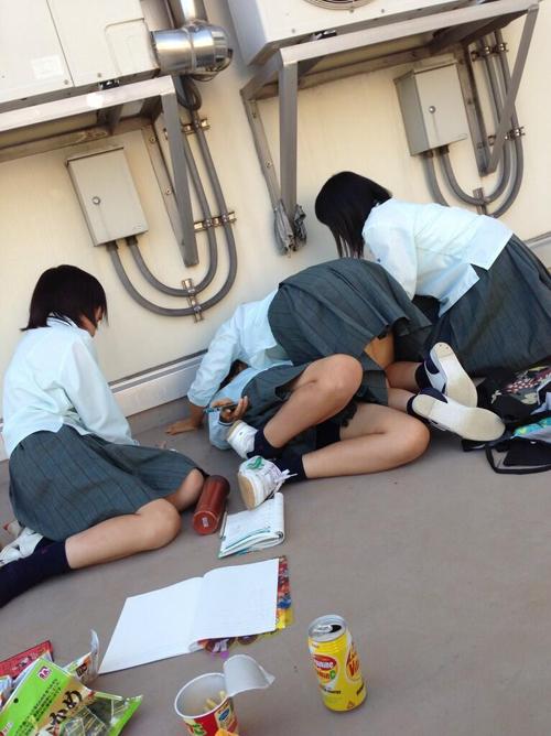 これが青春wwwお下品な今時のJkが校内で撮ったおふざけエロ画像が普通に抜けるぞwww