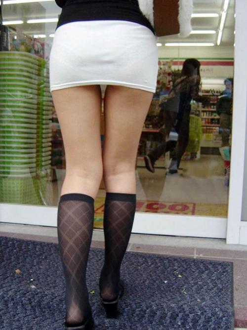 【ミニスカエロ画像】 ミニスカート過ぎて、パンツや半ケツがみえそうwww