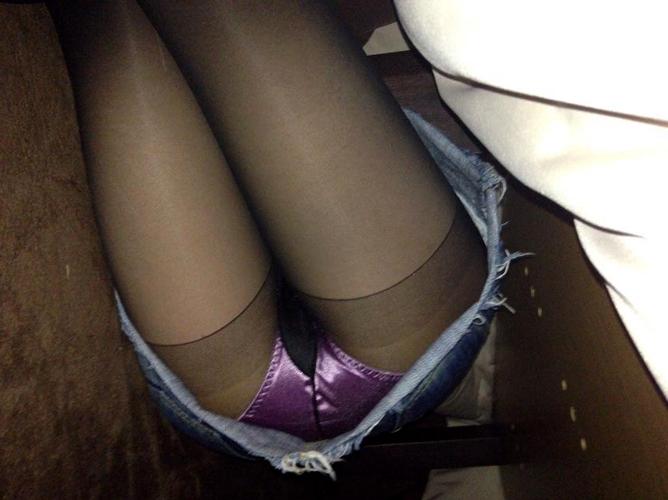 【こたつ エロ画像】寒い+こたつ=パンツという式が成り立つことを発見!